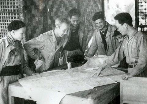 Chủ tịch Hồ Chí Minh và các đ/c Uỷ viên BCH Trung ương Đảng Lao động Việt Nam họp bàn về tình hình chiến sự của chiến dịch Biên Giới năm 1950. ( Ảnh tư liệu )