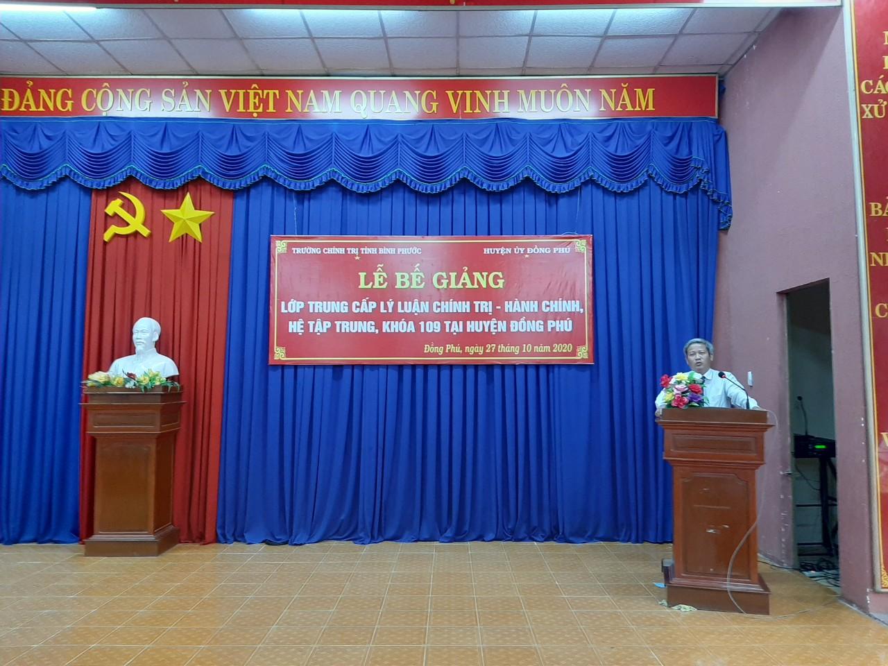 Đ/c Đỗ Tất Thành - Phó Hiệu trưởng phát biểu Bế giảng lớp học