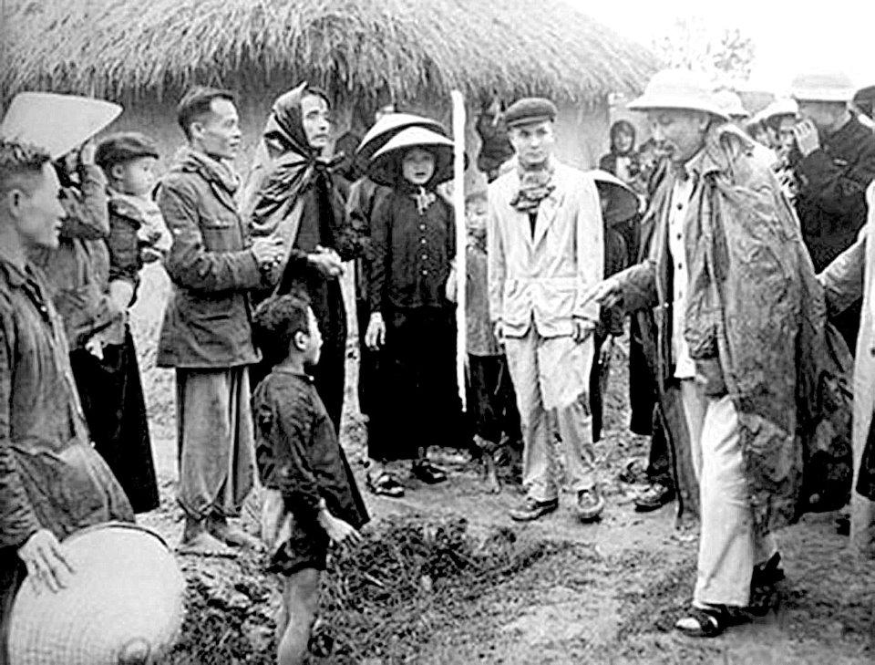 Chủ tịch Hồ Chí Minh thăm hỏi nhân dân xã Tân Phong, huyện Bình Xuyên, tỉnh Vĩnh Phúc (12/2/1956) (Nguồn: Tạp chí Tuyên giáo)