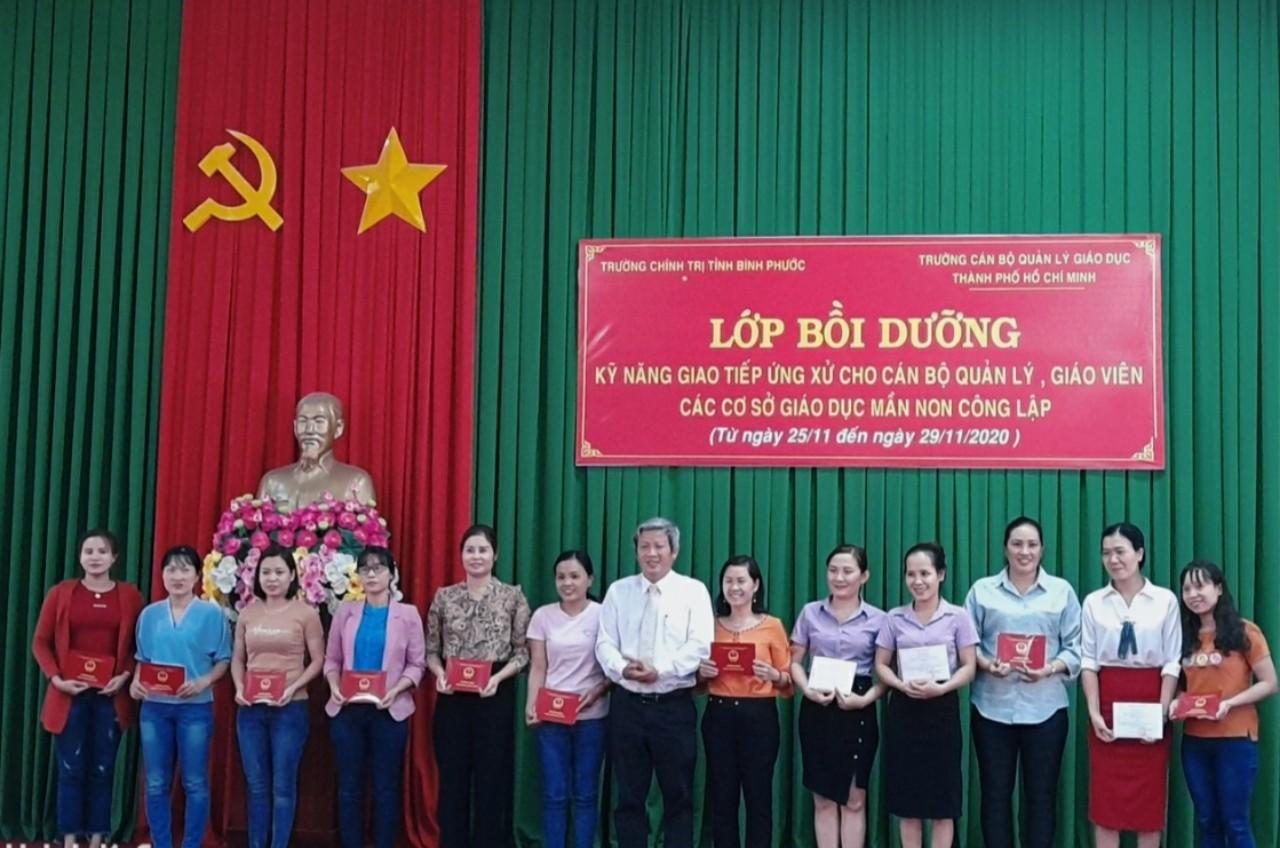 ThS. Đỗ Tất Thành - Phó Hiệu trưởng trao giấy chứng nhận cho học viên