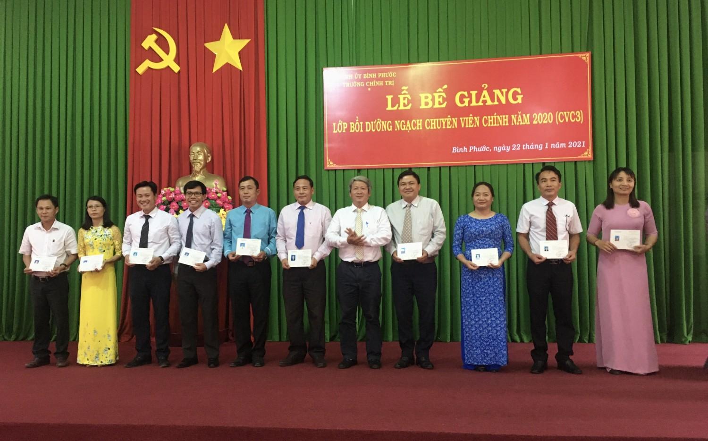 ThS. Đỗ Tất Thành - Phó Hiệu trưởng trao chứng chỉ cho học viên
