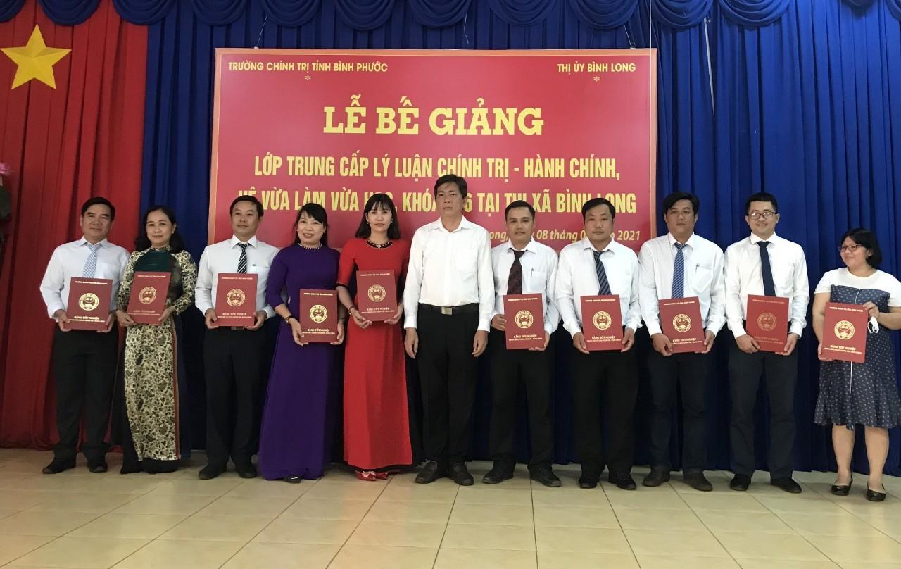 Đồng chí Bùi Quốc Bảo - Bí thư Thị ủy Bình Long trao bằng tốt nghiệp trung cấp LLCT-HC cho học viên