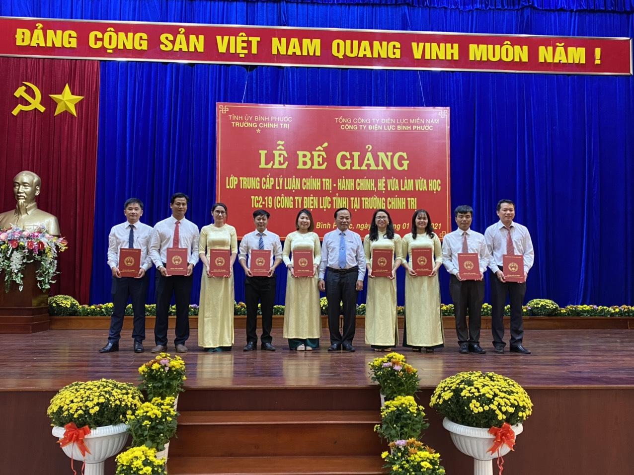 Đ/c Đỗ Văn Hờn – Giám đốc Công ty điện lực tỉnh trao bằng tốt nghiệp Trung cấp LLCT-HC cho các anh, chị học viên