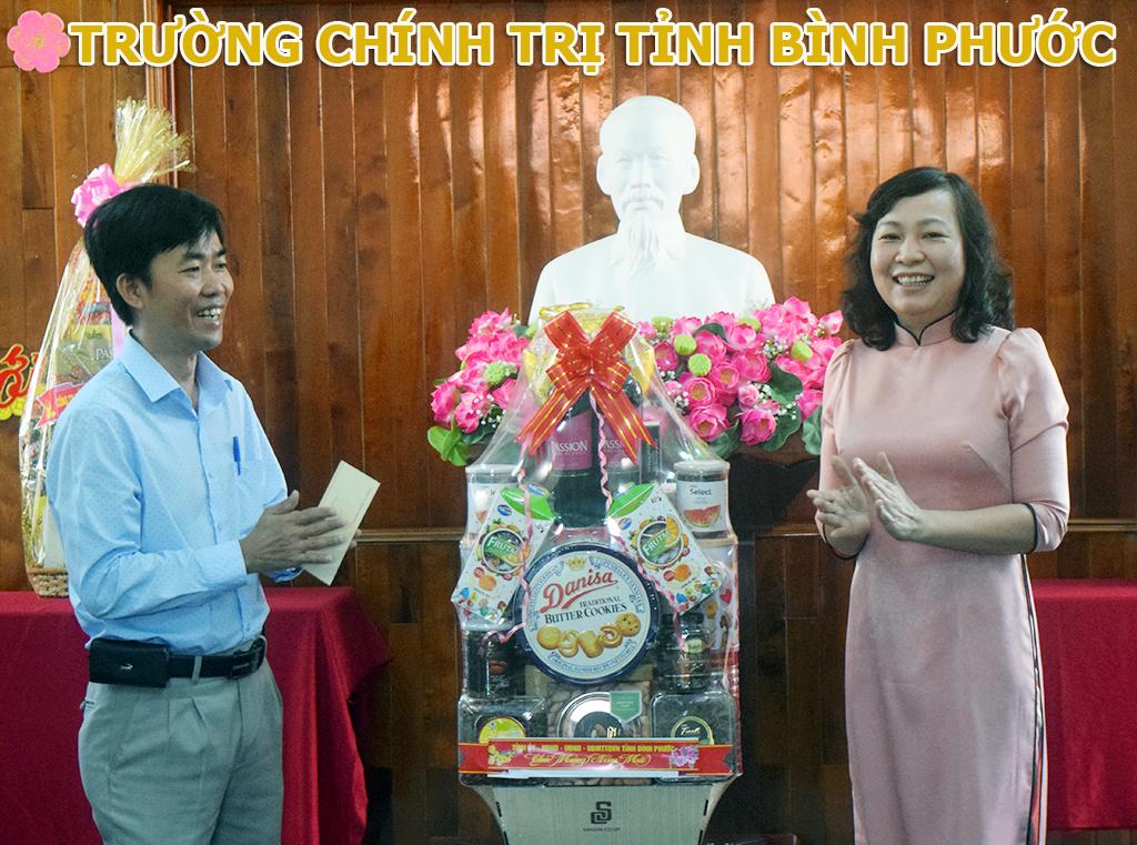 Phó Bí thư Thường trực Tỉnh ủy Huỳnh Thị Hắng thăm và chúc tết Trường Chính trị