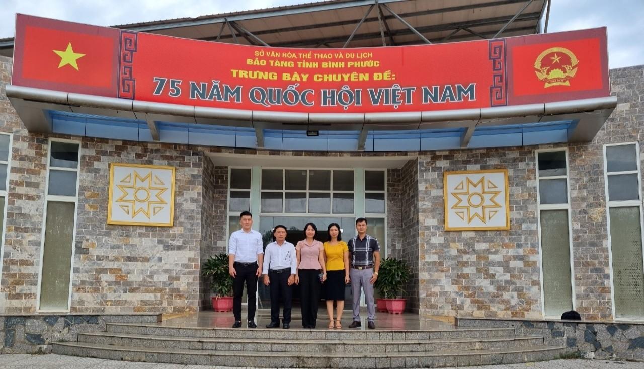 Đoàn nghiên cứu chụp hình tại Bảo tàng tỉnh Bình Phước