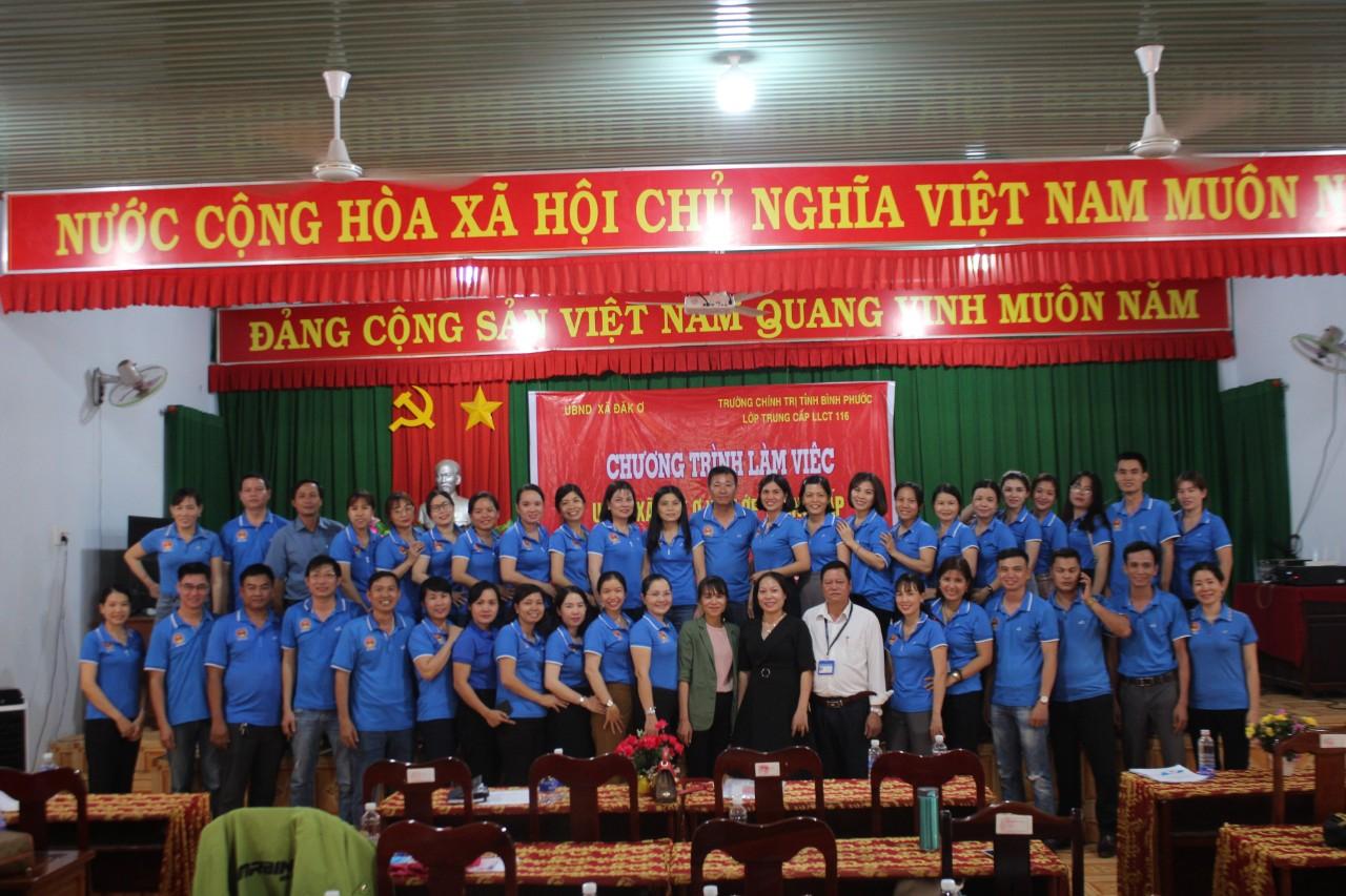 Đoàn nghiên cứu thực tế chụp hình lưu niệm với các đồng chí lãnh đạo Đảng ủy, UBND, UBMTTQ xã Đắk Ơ.