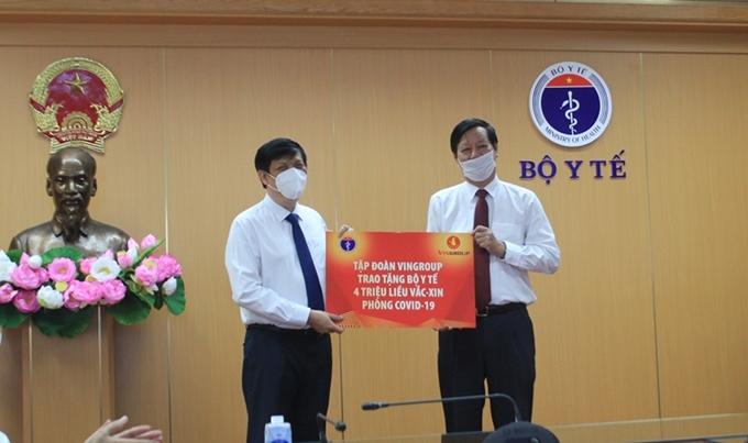 Tập đoàn Vingtoup trao tặng Bộ Y tế 4 triệu liều vắc - xin phòng chống covid - 19 (nguồn đangcongan.vn)